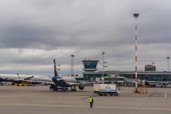 在停车处的客机在莫斯科谢列梅机场 库存照片