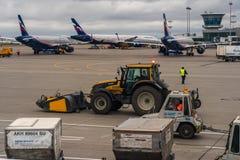在停车处的客机在莫斯科谢列梅机场 免版税库存图片