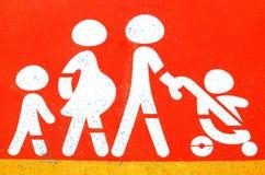 在停车处的家庭标志 免版税库存图片