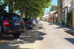 在停车处的汽车在阿德里亚 免版税库存照片