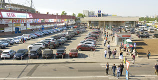 在停车处的汽车,莫斯科 免版税库存图片