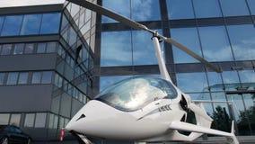 在停车处的私有直升机在办公楼附近 股票录像