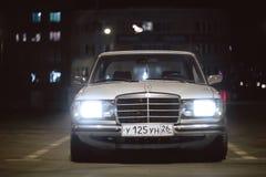 在停车处的老葡萄酒默西迪丝汽车在晚上 免版税库存图片