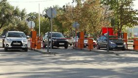 在停车处的自动安全障碍 股票视频