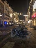 在停车处的自行车在狭窄的老街道上在欧洲城市 库存照片