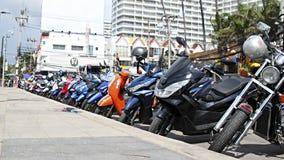 在停车处的许多motorbikikes 库存照片