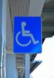 在停车处的轮椅标志 免版税库存图片
