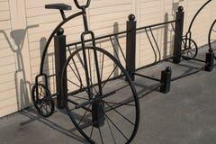 在停车处的锁着的自行车 库存照片