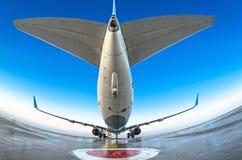 在停车处的飞机和天空的一个干净的看法 库存图片