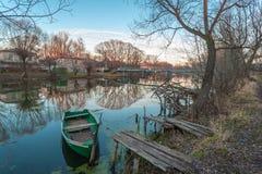 在停车处的绿色小船 免版税库存照片