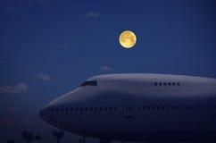 在停车处飞机的满月 免版税库存图片