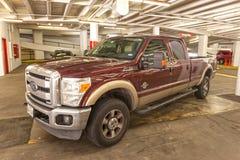 在停车库的福特F-350卡车 库存图片