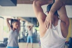 在健康俱乐部的年轻人锻炼 免版税库存照片
