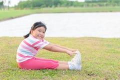 在健康公园的愉快的女孩锻炼在晚上, 库存照片
