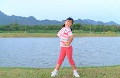 在健康公园的愉快的女孩锻炼 库存图片