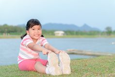 在健康公园的愉快的女孩锻炼 免版税库存照片