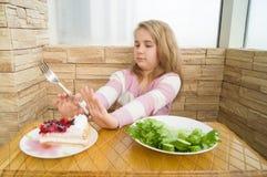 在健康沙拉和蛋糕之间的选择节食食物 免版税图库摄影