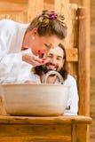 在健康温泉享用的夫妇 库存图片