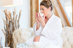 在健康温泉的妇女饮用的茶 免版税库存图片