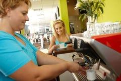 在健身俱乐部的咖啡断裂 库存照片