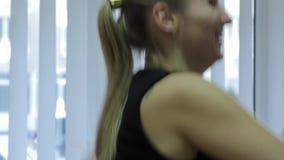 在健身俱乐部的女孩火车 影视素材
