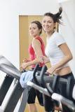 在健身俱乐部的妇女锻炼在连续跟踪 免版税库存照片