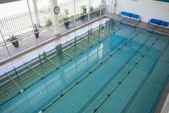 在健身俱乐部的游泳池 免版税库存图片