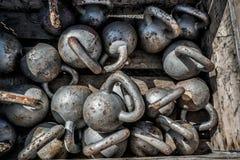 在健身健身房的许多kettlebells重量背景 免版税库存图片