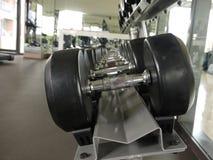 在健身健身房的黑哑铃 免版税图库摄影