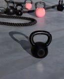 在健身健身房的Crossfit Kettlebells绳索 库存照片