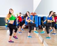 在健身健身房的Zumba舞蹈心脏人小组 免版税库存照片