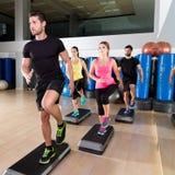 在健身健身房训练的心脏步舞蹈小组 免版税库存照片
