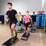 在健身健身房训练的心脏步舞蹈小组 免版税图库摄影