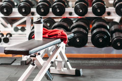 在健身健身房设置的个人体育材料 免版税库存照片