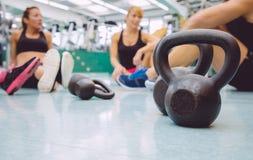 在健身地板上的黑铁kettlebell  免版税图库摄影