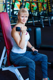 在健身妇女锻炼的特写镜头与哑铃 健身妇女桔子哑铃 库存图片