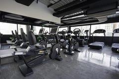 在健身房俱乐部的健身机器 库存图片