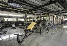 在健身房俱乐部的健身机器 免版税库存照片