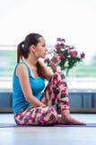 在健身房健康概念的少妇饮用水 库存照片