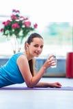 在健身房健康概念的少妇饮用水 库存图片