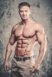 在健身房关闭的白种人性感的健身模型吸收 免版税库存图片