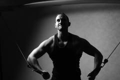 在健身房天桥的爱好健美者训练 免版税库存照片