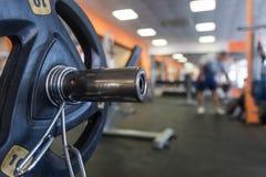在健身房屋子的不同的训练器材 免版税图库摄影