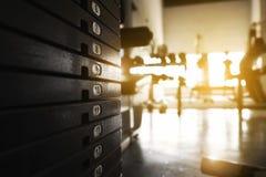 在健身房日出的生锈的重量堆与拷贝空间 免版税库存照片