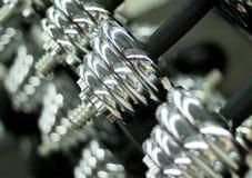 在健身房特写镜头照片的发光的哑铃 金属哑铃或杠铃重量 库存图片