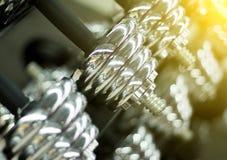 在健身房特写镜头照片的哑铃 发光的金属哑铃或杠铃重量 免版税库存照片