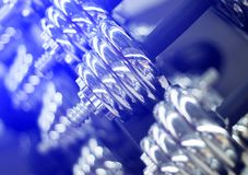 在健身房特写镜头照片的哑铃 在蓝色氖的发光的金属杠铃重量 免版税库存照片
