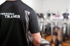 在健身房的个人教练员 免版税图库摄影