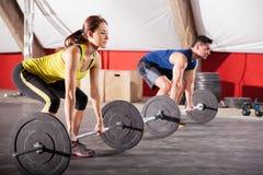 在健身房的举的重量 免版税库存图片