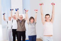 在健身房的人举的哑铃 库存图片